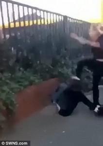 Bullismo: 15enne picchiata in strada a Leeds4