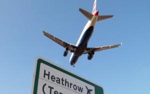 Londra, aereo urta drone in fase di atterraggio