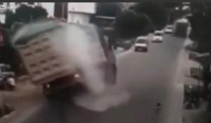 Camion frena per evitare bambino e si ribalta