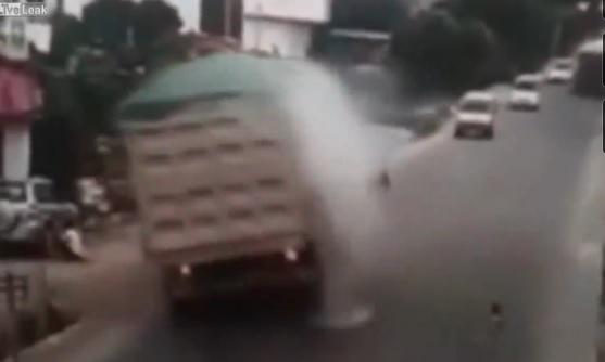 Camion frena per evitare bambino e si ribalta3