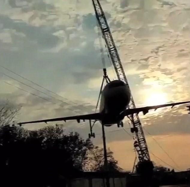 Cede gru aereo Air India crolla sulla strada