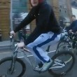 Ciclista su una ruota sfiora bus per un soffio4