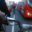 Ciclista su una ruota sfiora bus per un soffio2