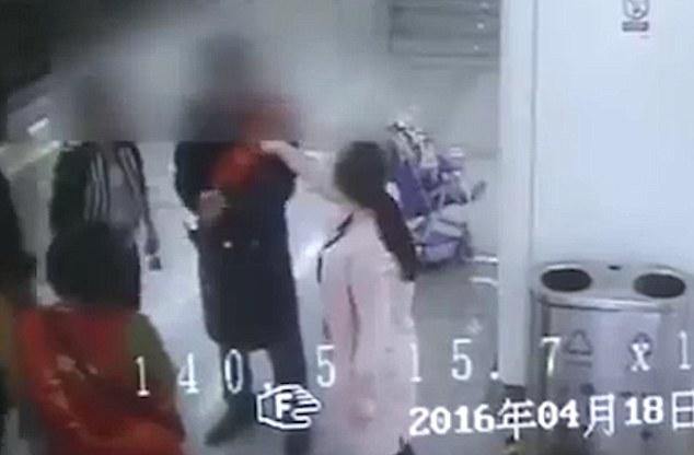 Cina, spinge via carrozzina durante lite in metro