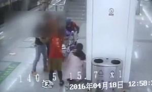 YOUTUBE Cina, spinge via carrozzina con bambino durante lite in metro