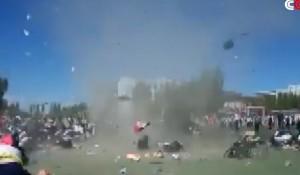 YOUTUBE Tornado nel campetto: bimba vola 4 metri in aria