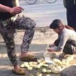Cina, ubriachi pestano panini ad ambulante senza motivo 4