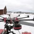 Drone con motosega per decapitare pupazzo di neve