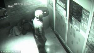 Entra nel bancomat senza aprire porta un fantasma