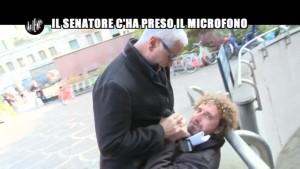 """L'intervista delle """"Iene"""" a Formigoni si è risolta con un corpo a corpo tra il senatore e Filippo Roma"""