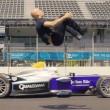 Salto mortale di spalle in pista su auto da corsa 7
