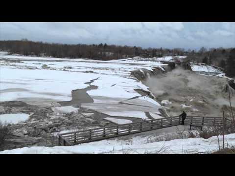 Fiume ghiacciato raggiunge la cascata