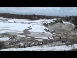 YOUTUBE Fiume ghiacciato raggiunge la cascata e…