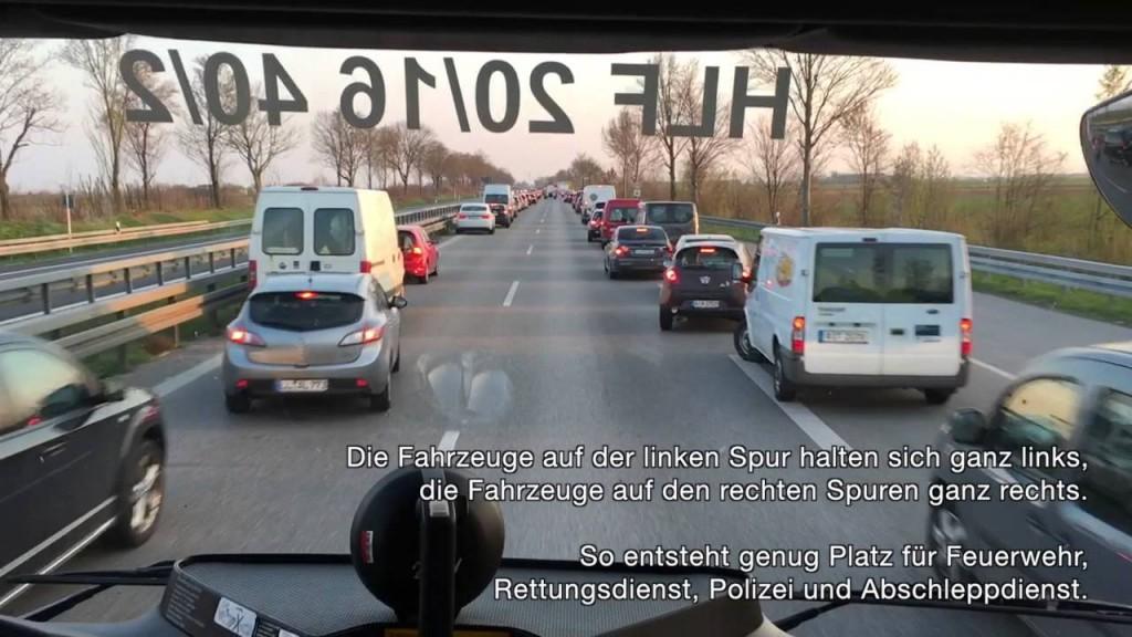 Germania civilissima: ambulanza passa, le auto3