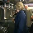 YOUTUBE Hillary Clinton in metro non sa come timbrare 3