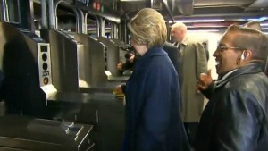 YOUTUBE Hillary Clinton in metro non sa come timbrare 3