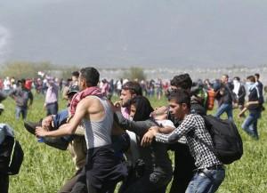 Idomeni: lacrimogeni contro migranti4