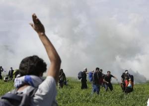 YOUTUBE Idomeni: lacrimogeni su migranti, 250 intossicati