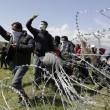 Idomeni: lacrimogeni contro migranti12