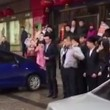 Impiegati cinesi costretti a strisciare in strada2