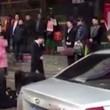 Impiegati cinesi costretti a strisciare in strada3
