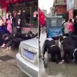 Impiegati cinesi costretti a strisciare in strada4