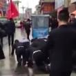 Impiegati cinesi costretti a strisciare in strada5