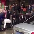 Impiegati cinesi costretti a strisciare in strada6