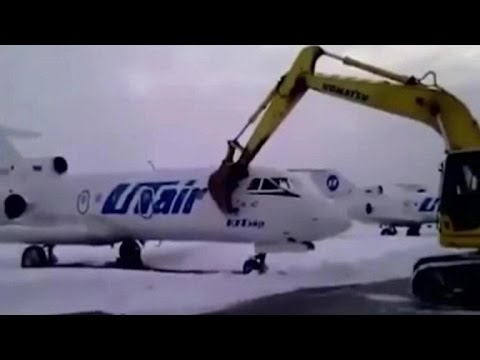 Licenziato, distrugge jet da diversi mln con ruspa