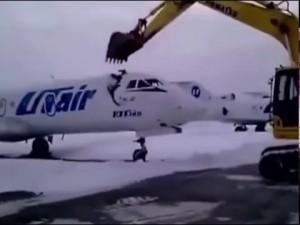 YOUTUBE Licenziato, distrugge jet da diversi mln con ruspa