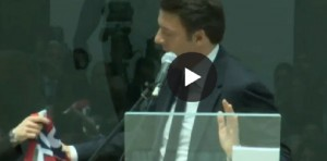 """Renzi chiede la sciarpa del Crotone. Poi ci ripensa: """"Diffidate da chi cambia squadra"""""""