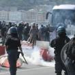 Napoli, corteo anti-Renzi contro polizia: sassi e lacrimogeni FOTO-VIDEO