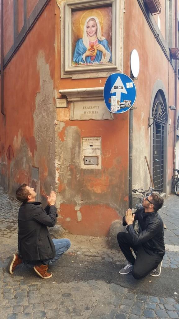Madonna, volto popstar al posto della Vergine a Roma FOTO