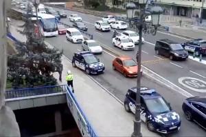 YOUTUBE Madrid, donna Rambo col mitra: polizia scopre che…