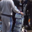 Pubblico ruba acqua minerale durante Maratona Londra16