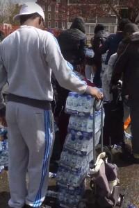 YOUTUBE Spettatori rubano acqua minerale a Maratona Londra