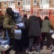 Pubblico ruba acqua minerale durante Maratona Londra8