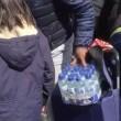 Pubblico ruba acqua minerale durante Maratona Londra6