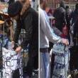 Pubblico ruba acqua minerale durante Maratona Londra2