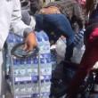 Pubblico ruba acqua minerale durante Maratona Londra13
