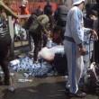 Pubblico ruba acqua minerale durante Maratona Londra12