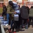 Pubblico ruba acqua minerale durante Maratona Londra11
