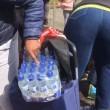 Pubblico ruba acqua minerale durante Maratona Londra10