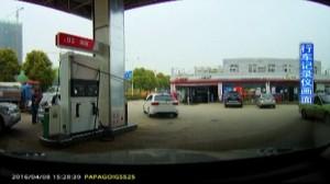 Riparte con la pompa benzina attaccata all'auto2