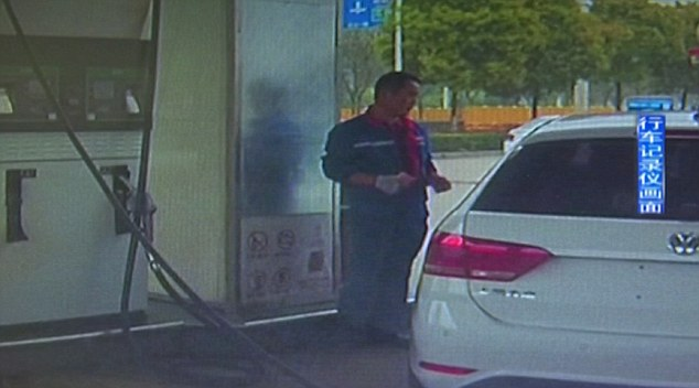 Riparte con la pompa benzina attaccata all'auto