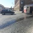 Roma, macchia olio in centro: a terra motorini e pedoni3