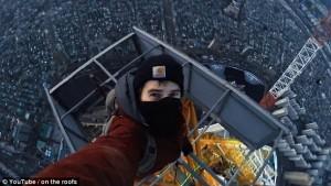 YOUTUBE Scalano torre alta 500 metri a mani nude