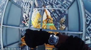 Scalano torre alta 500 metri a mani nude 3