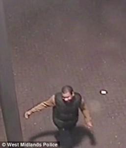 Sputano su donna, VIDEO polizia per identificarli2