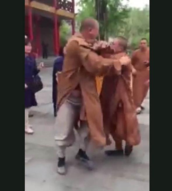Tre monaci buddisti si picchiano: addio calma zen 3